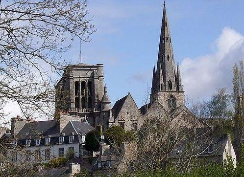 Le centre-ville de Guingamp, vue générale sud prise depuis la rive droite du Trieux (2008)