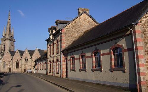 Grâces, le bourg. Vue générale de l′église Notre-Dame (début du XVIème siècle) et du groupe scolaire (début du XXème siècle) (2008