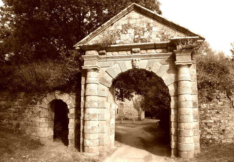 Guingamp, le manoir du Roudourou et son portail (XVIIIème siècle). Combien d′enfants aujourd′hui adultes et parents empruntèrent ce portail pour se rendre à l′école de Roudourou ? (2010)